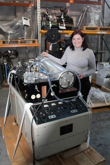 Erna Battenhaussen with the the Melrose heart-lung machine